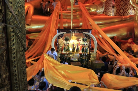 Worshippers get ahold of the lengthy orange clothes